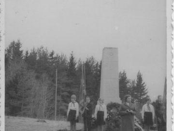 Laitse Algkooli õpilaste pioneeriks vastuvõtt, Kääbaste mäel. Foto: Einar Alliksaar erakogu