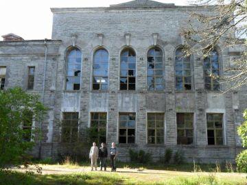 Laitse Raadiojaama vana peahoone 11.09.2011 hommikul, kolm pildilolevat kodanikku on TPT-701-77 grupi(raadioside-ja levi) lõpetanud inimesed.