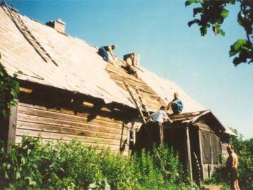 Juuli, 1995.a. Lammutatakse vana, saja aastast Laitse vallamaja, vana peab andma platsi uuele.