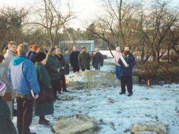 Detsember, 1995.a. Uuele Laitse Seltsimajale nurgakivi panekul kõneleb Kernu vallavanem hr. Enn Karu.