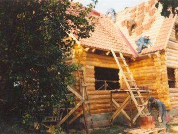 Maja peab talveks katuse peale saama. Eststeini kive laovad Ahto Luure mehed.