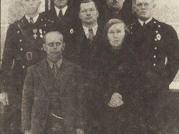 Laitse tuletõrje eestseisus vallamaja trepil 1937. aastal.